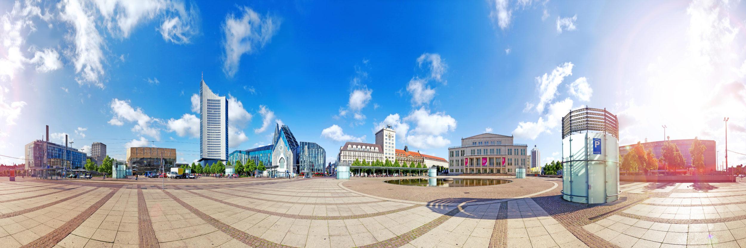 Leipzig Augustusplatz Panorama mit der Skyline des Cityhochhauses, der Oper, der Universität und Gewandhaus.